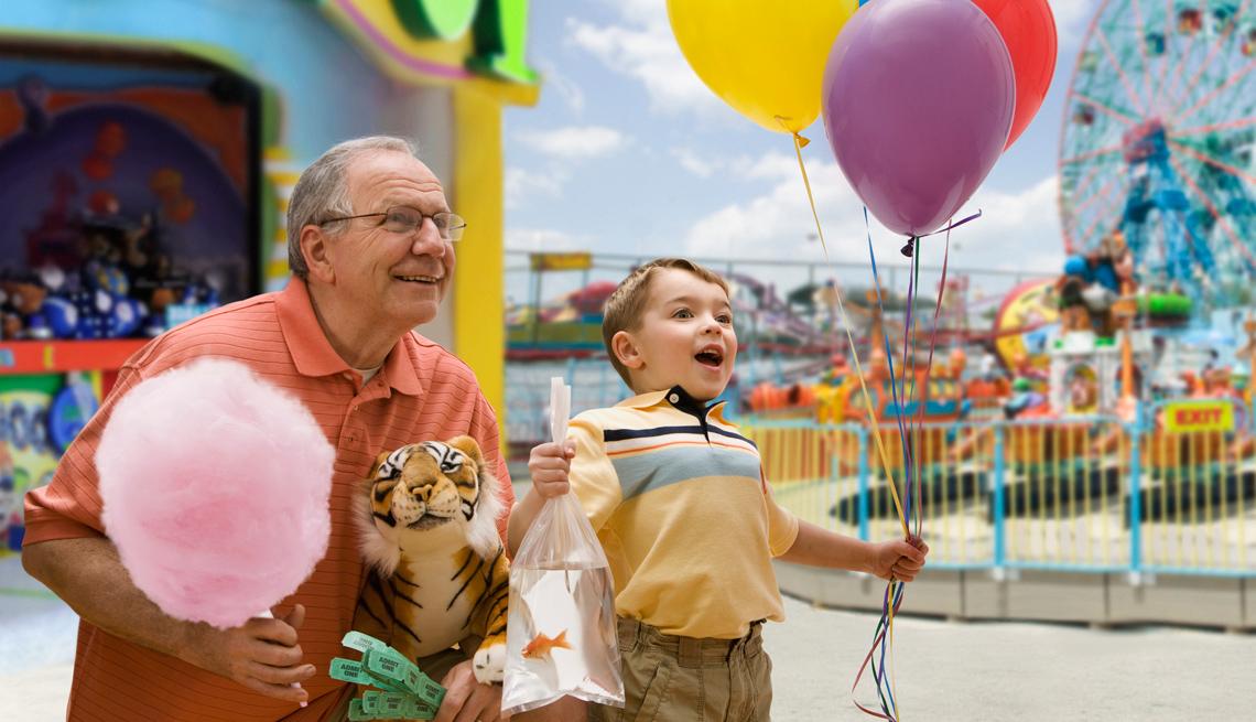 Abuelo con su nieto en un parque de diversiones