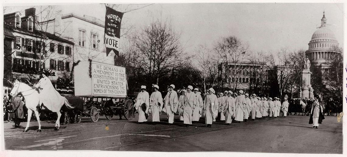 Mujeres marchando el 3 de marzo de 1913 en el desfile del sufragio, Washington, DC
