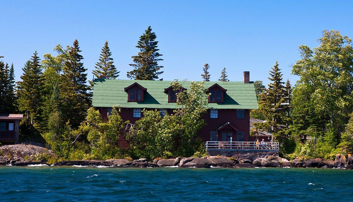 Lago en primer plano y al fondo se observa el Rock Harbor Lodge