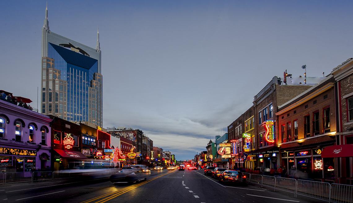 Broadway Street en el centro de Nashville, Tennessee
