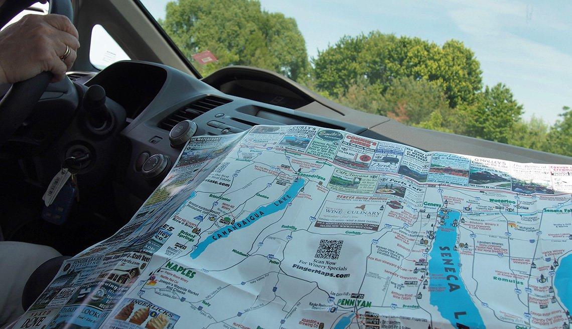 Mujer usa un mapa mientras viaja en el área de Finger Lakes