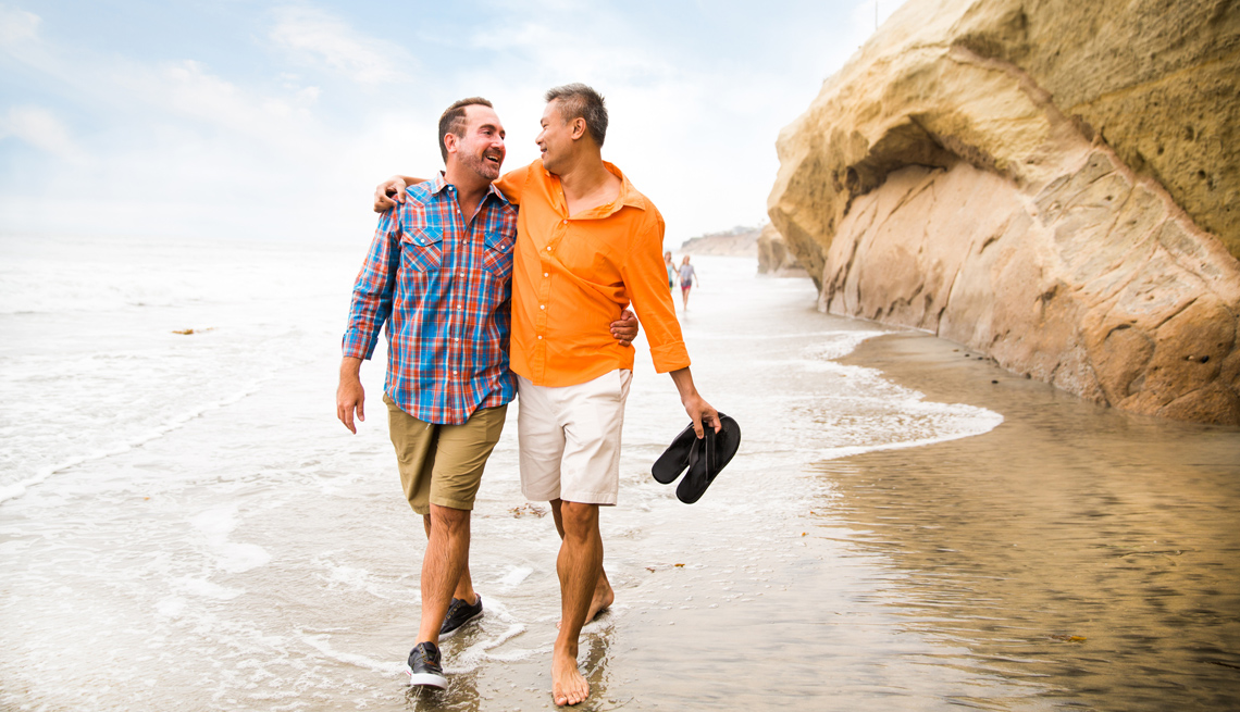 Pareja de hombres camina por la playa