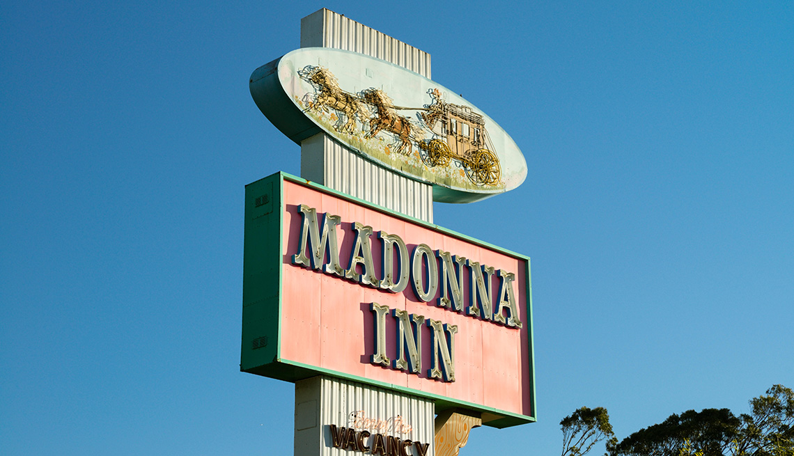Letrero del hotel Madonna Inn en San Luis Obispo, California