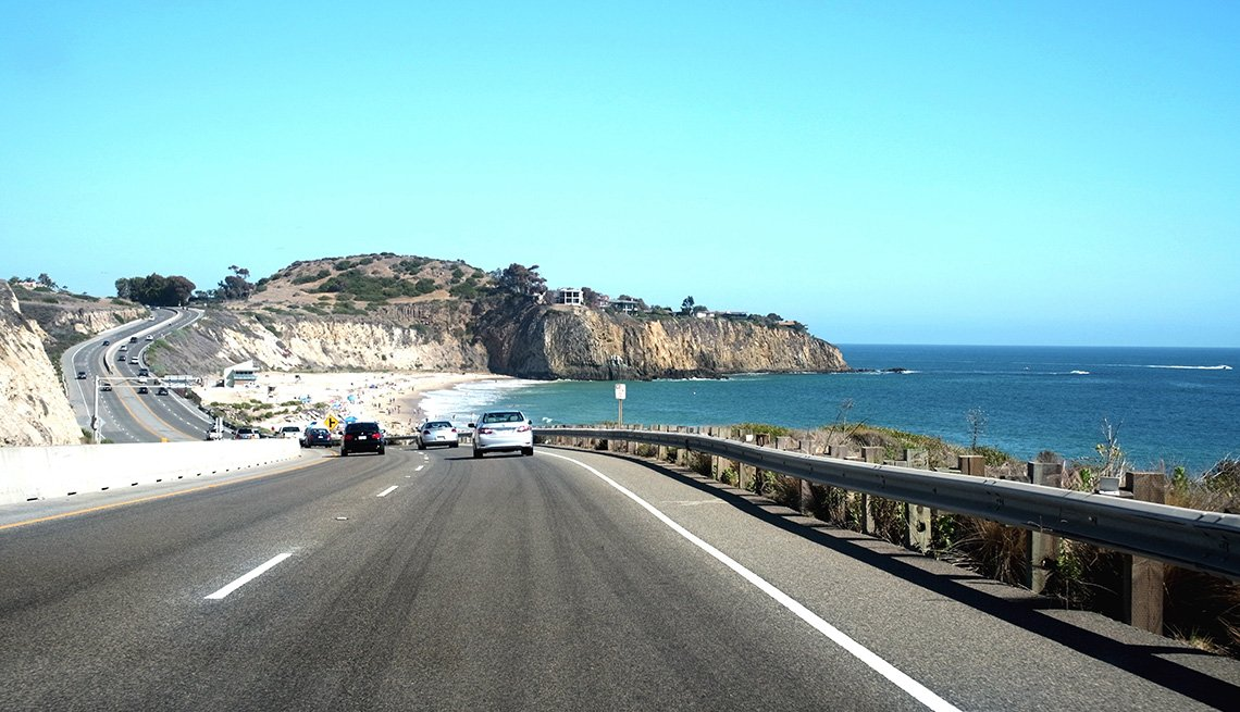 Carros transitan por la Autopista Pacific Coast de California
