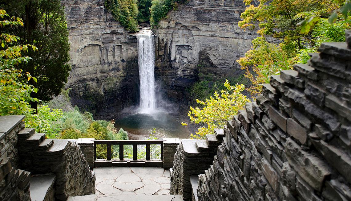 Caída de agua en Taughannock Falls del Parque Estatal de Nueva York (New York State Park)