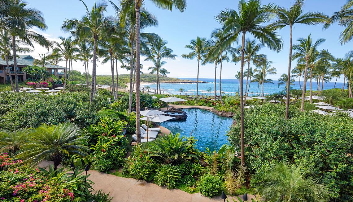 Vista de la playa de Hulopoe desde el recientemente renovado Four Seasons Resort Lanai en Manele Bay, Lanai, Hawái.