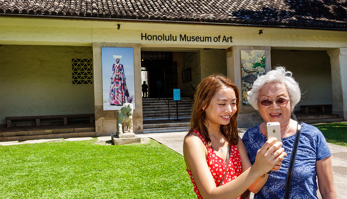 Dos mujeres visitan el Honolulu Museum of Art