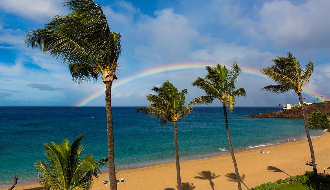Un arco iris en la playa de Kaanapali, Maui, Hawái