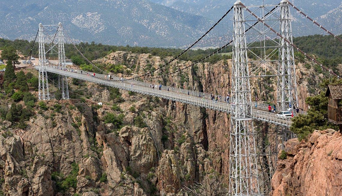 El puente colgante Royal Gorge se extiende por un cañón en Colorado