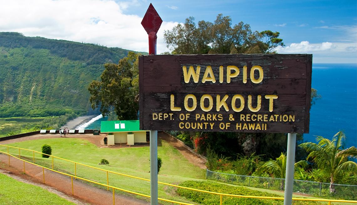 Letrero anuncia el mirador Waipio Valley en Big Island, Hawái
