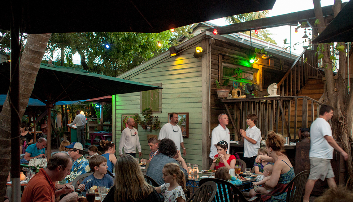 Gente comiendo afuera en el restaurante Blue Heaven en Key West