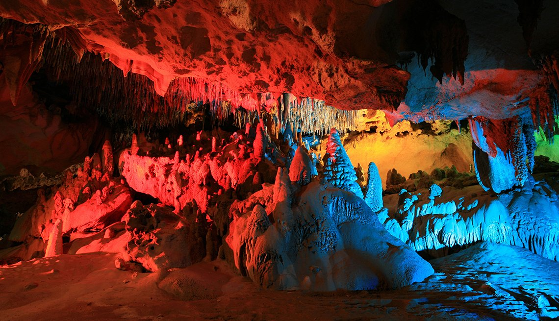 Una cueva en Florida iluminada con colores rojo, azul, naranja y verde