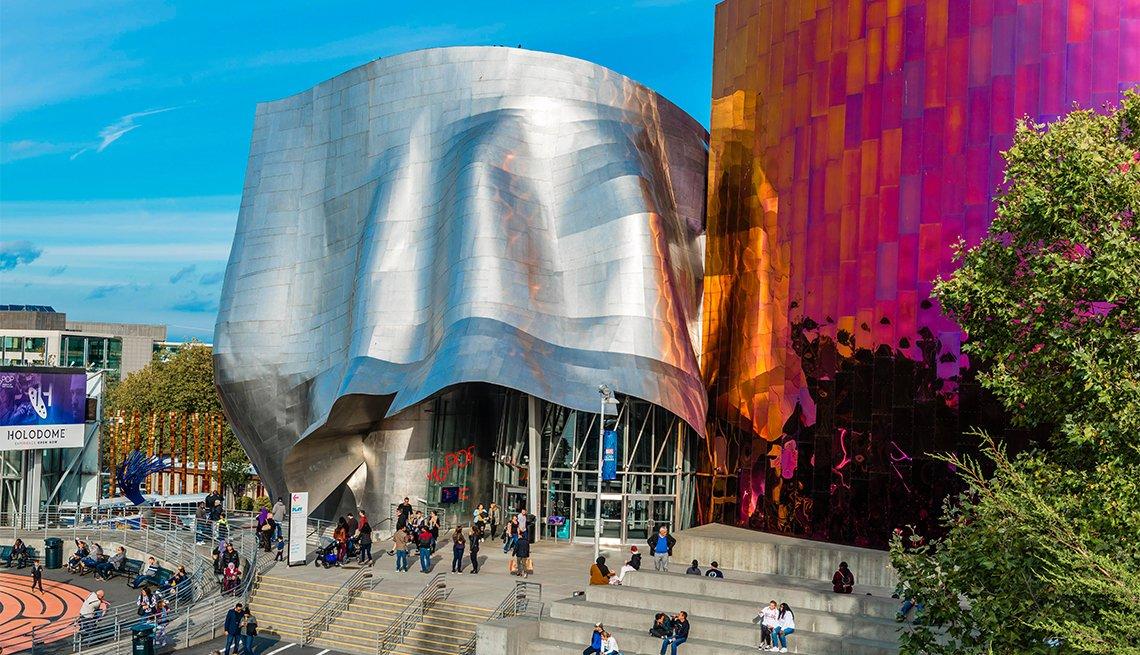 Personas caminan frente a la fachada del Museo de cultura pop