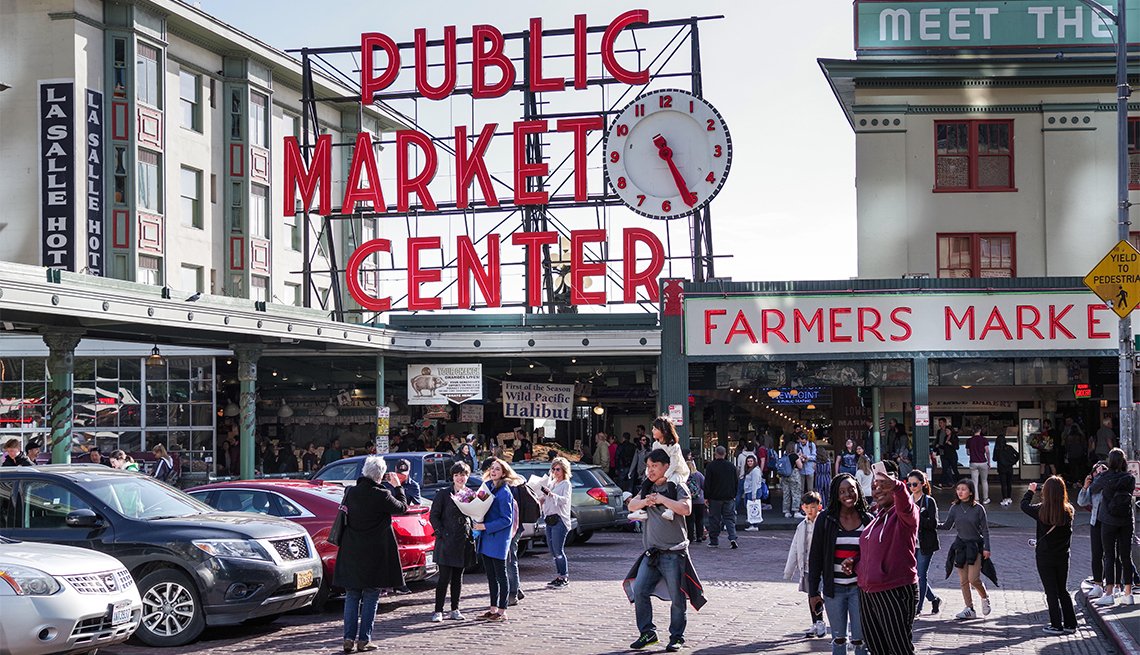Personas paradas afuera del famoso mercado Pike Place en Seattle