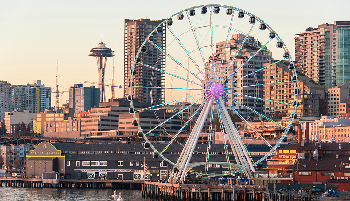 Seattle Great Wheel brightly lit