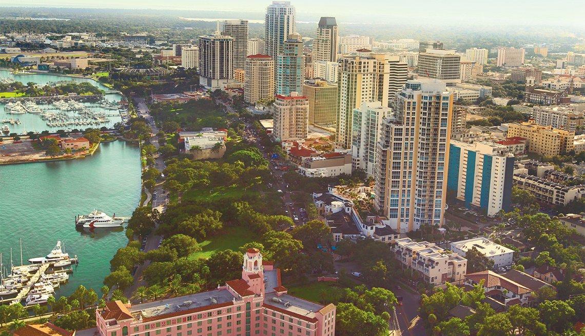 Horizonte de Tampa con botes, hoteles y zonas verdes
