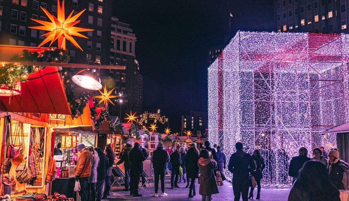 item 8 of Gallery image - Gente de compras y turismo en Christmas Village, Filadelfia
