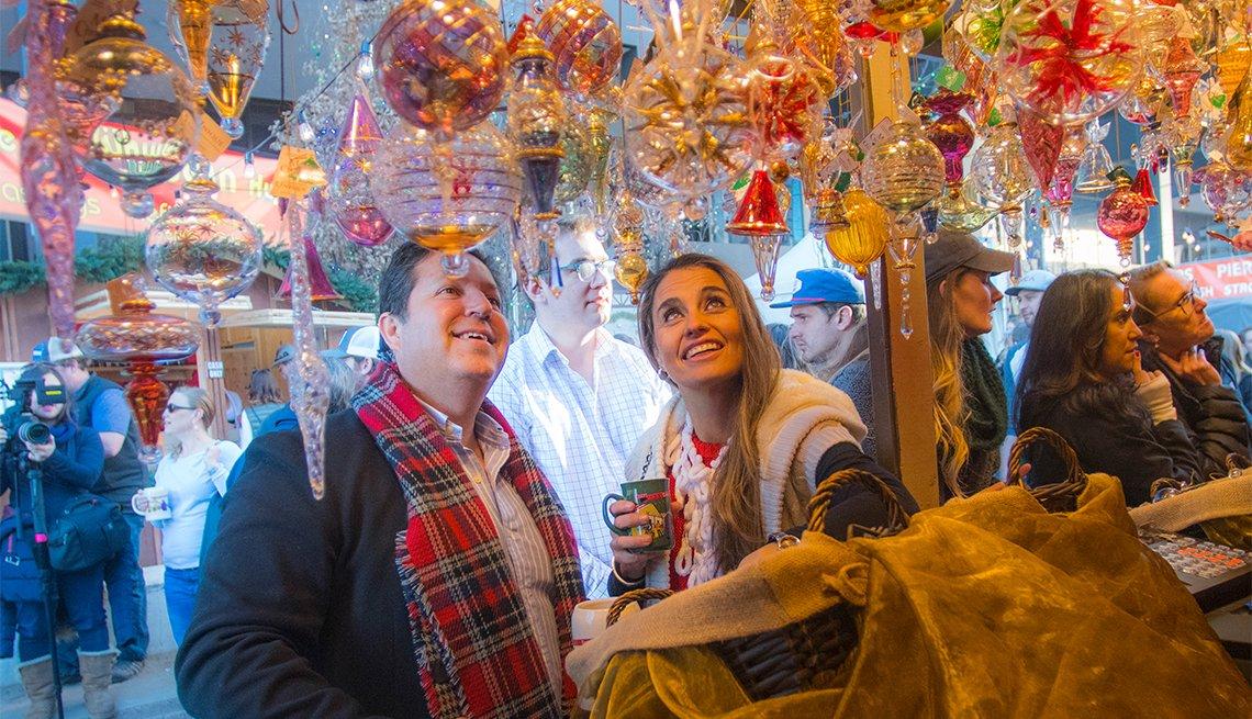 Dos visitantes admirando adornos en Christkindl Market