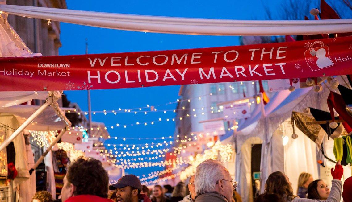 item 1 of Gallery image - Compradores en el Holiday Market en Downtown Washington, D.C.