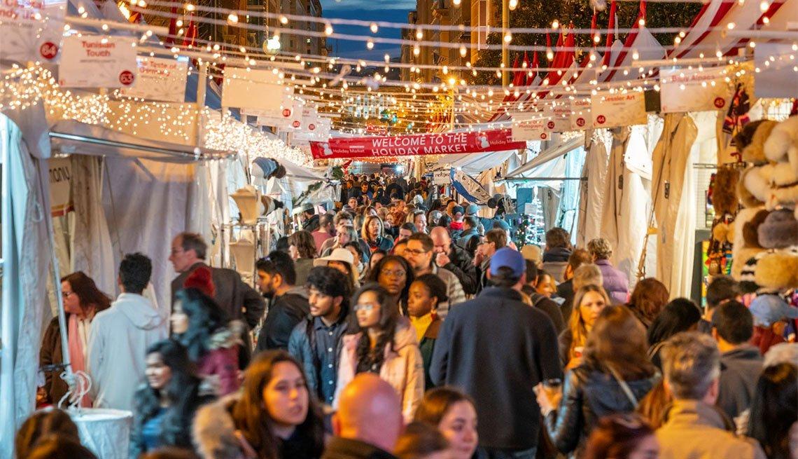 Mucha gente de compras en el Holiday Festival en Washington, DC
