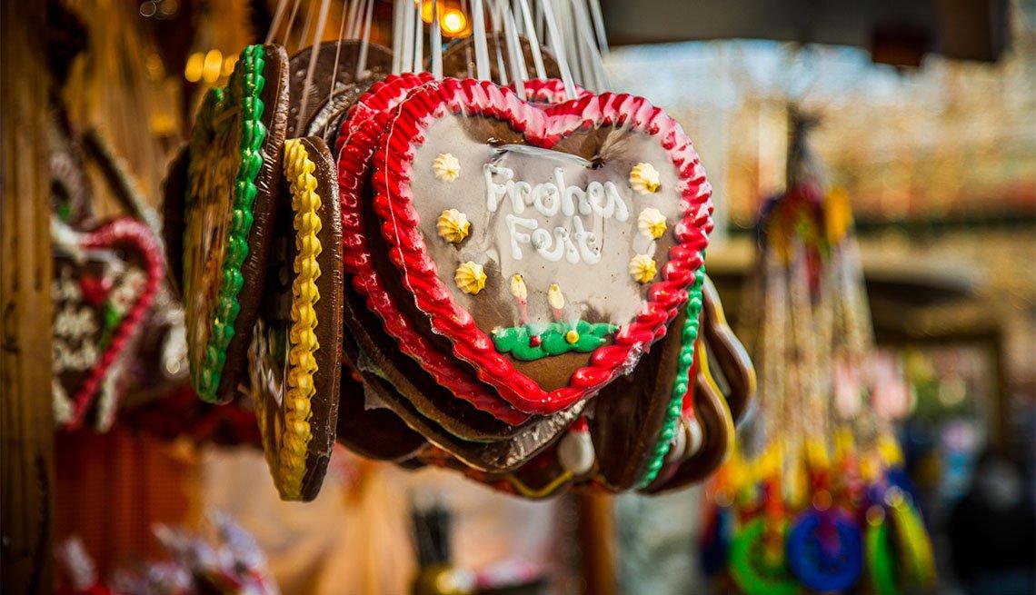 item 2 of Gallery image - Galletas alemanas Lebkuchen a la venta en un mercado navideño
