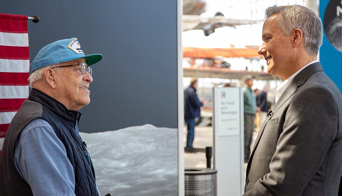 Weaver con el presentador de noticias de Seattle, Mark Wright