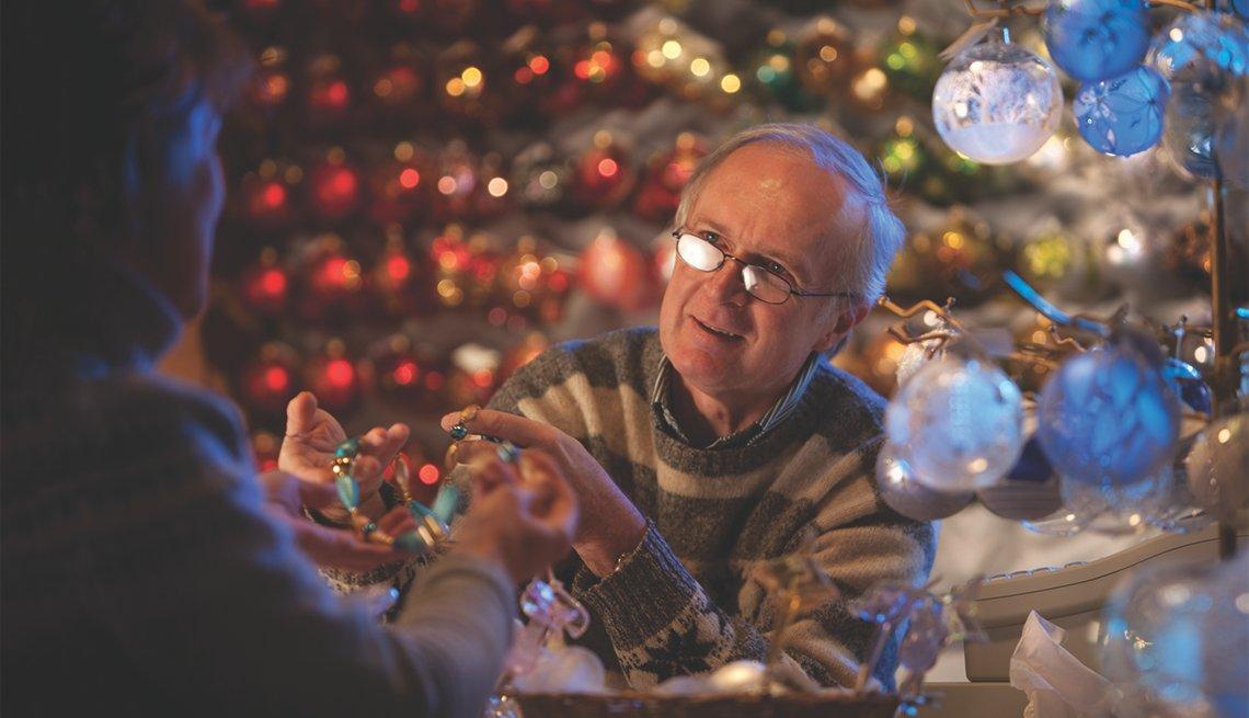item 5 of Gallery image - Persona vende un collar en el Mercado de Navidad del Viejo Mundo