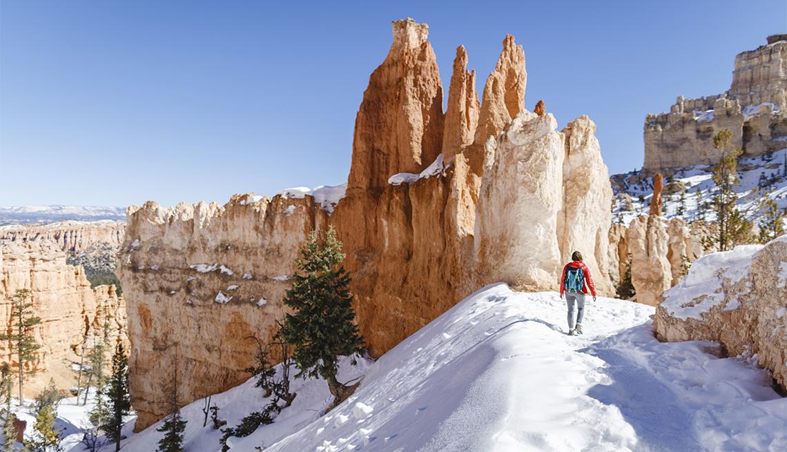 Excursionista en un sendero del Parque Nacional Bryce Canyon