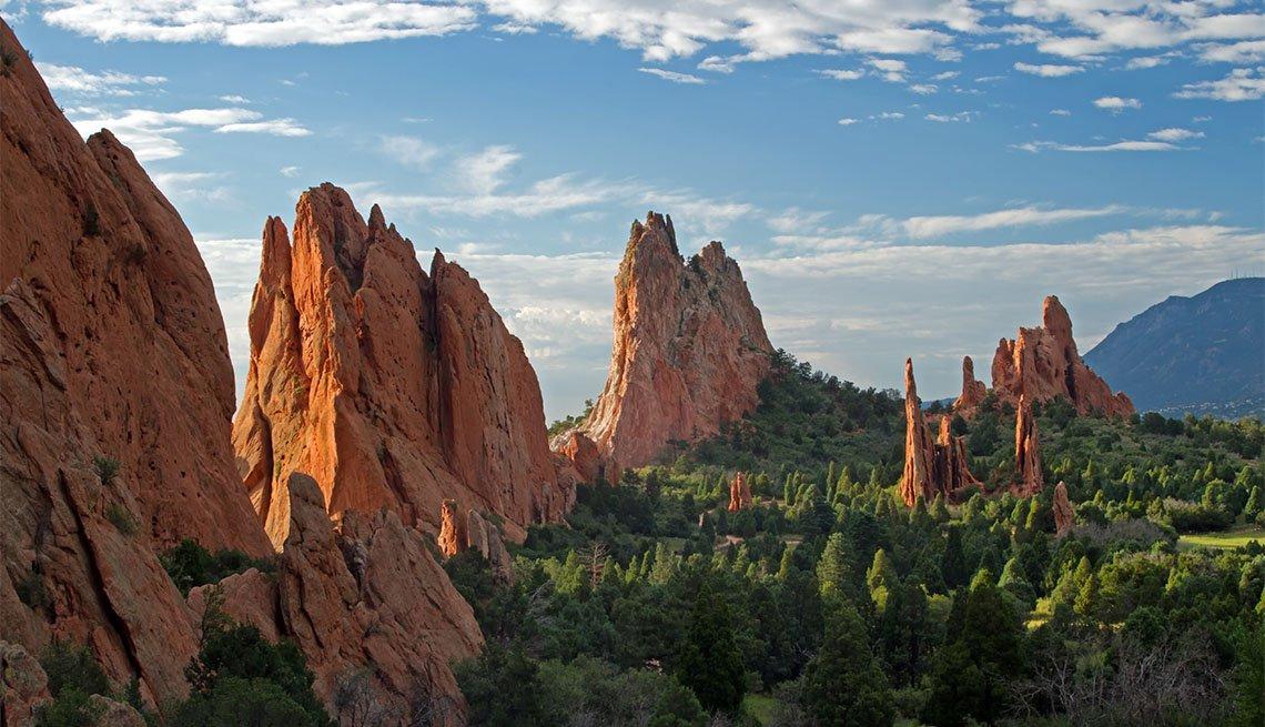Imagen muestra picos montañosos y cielo azul desde el mirador Garden of the Gods