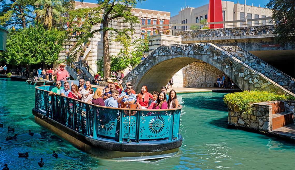 Grupo de personas en un paseo en bote por el río San Antonio