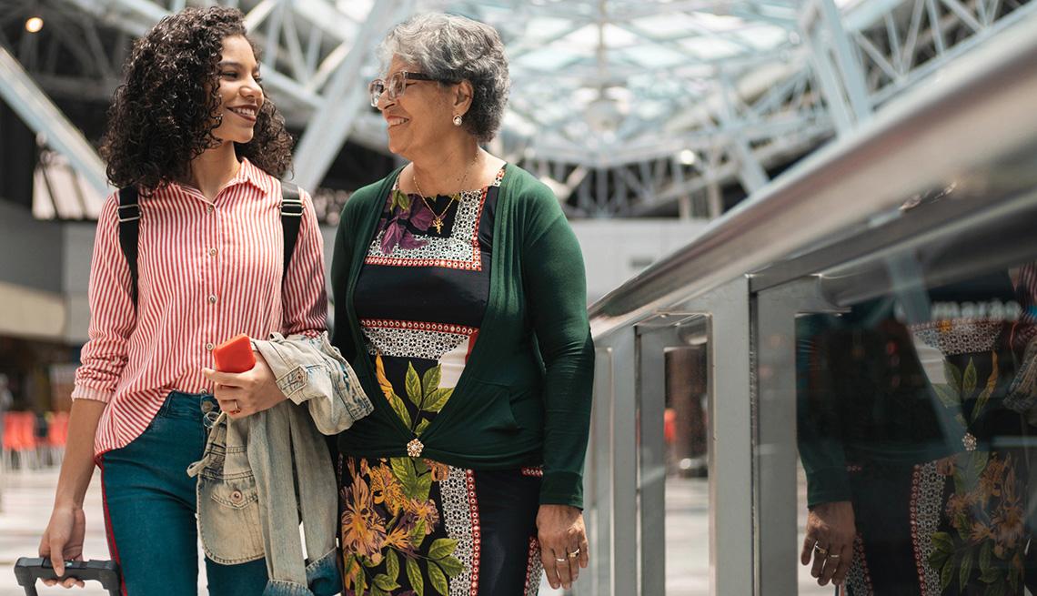 Abuela con su nieta adolescente van de viaje