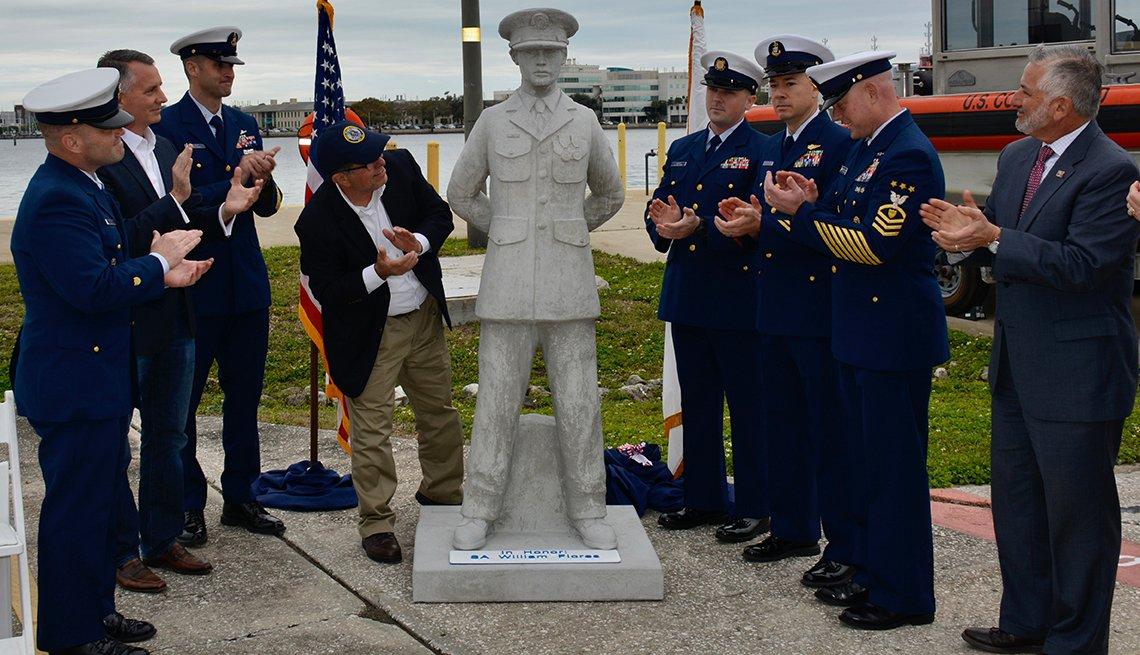Grupo de personas observa una estatua que será puesta bajo el agua en el monumento a los veteranos en Florida
