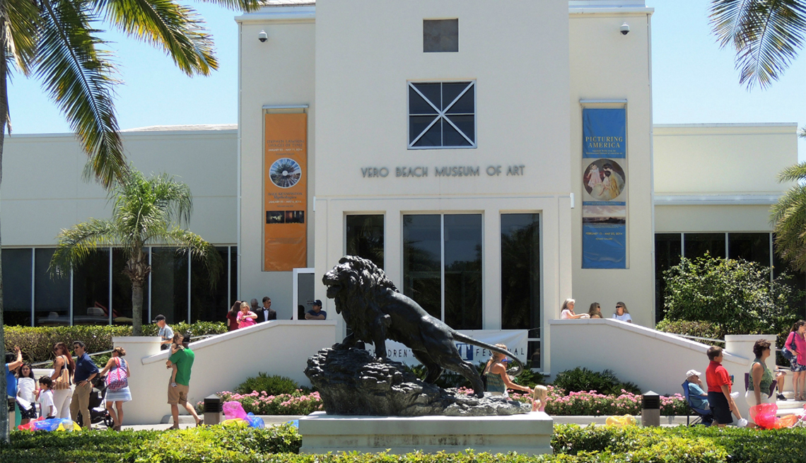 lion statue outside of the Vero Beach Museum of Art