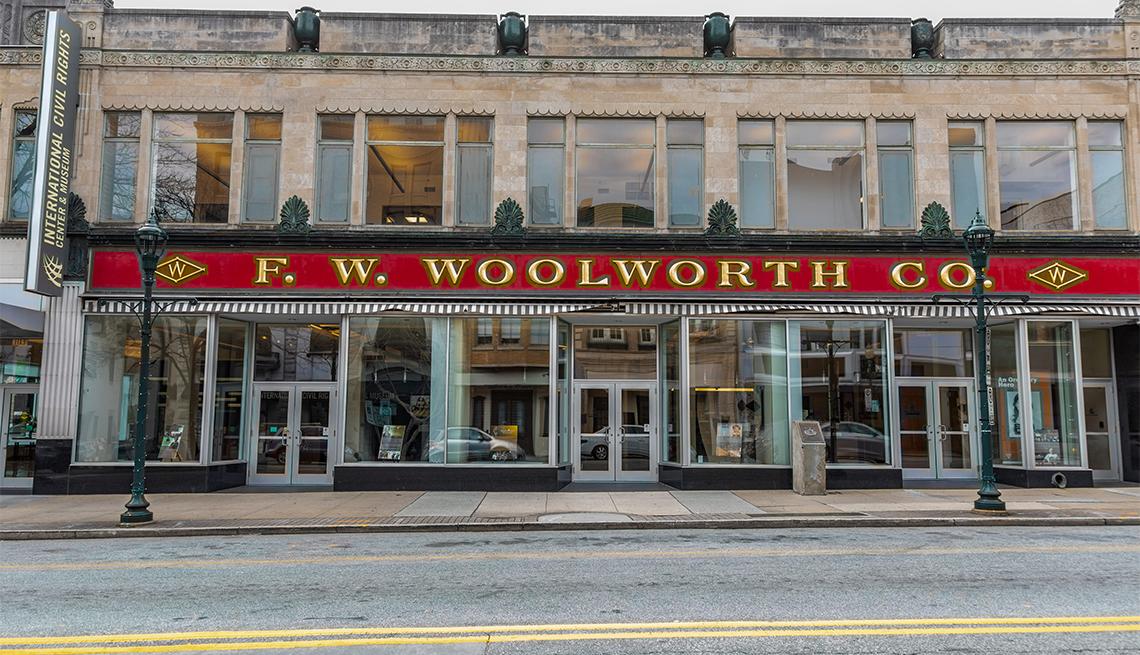 item 2 of Gallery image - El edificio F W. Woolworth donde se produjeron los primeros pasos para la integración en 1960