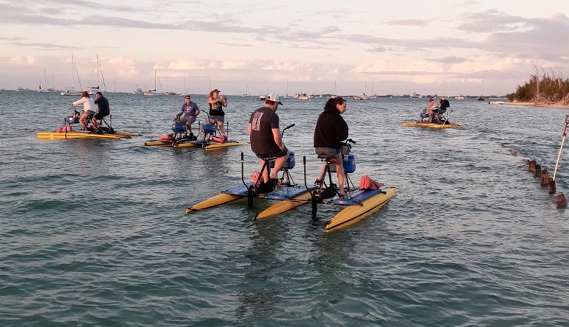 Personas usando bicicletas acuáticas en el mar de Key West