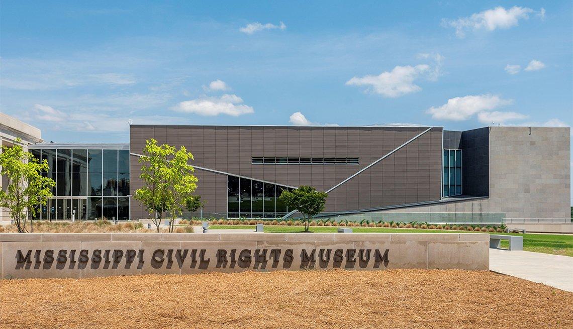 item 4, Gallery image. El reverendo J. Samuel Williams Jr. y Edwilda Gustava Allen, dos exalumnos de la escuela secundaria Moton, ahora el museo Robert Russa Moton en Farmville, Virginia. En 1951, salieron de la escuela para protestar por sus terribles condiciones.
