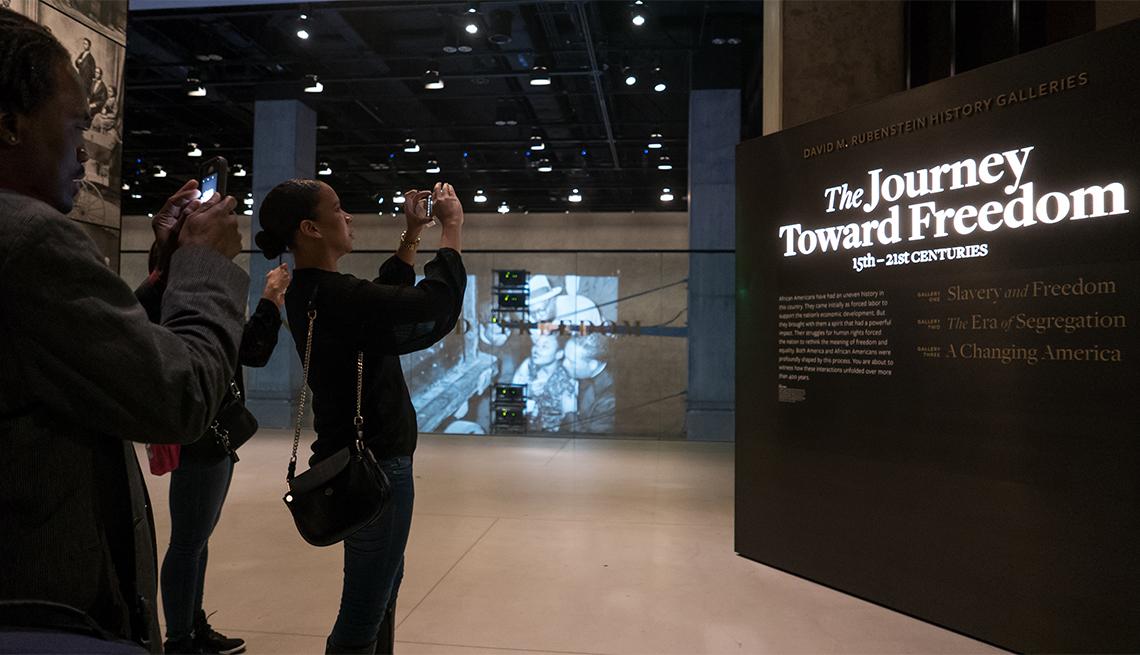 item 11 of Gallery image - Los invitados recorren la exhibición Slavery and Freedom en el Museo Nacional de Historia y Cultura Afroamericana del Smithsonian (NMAAHC)