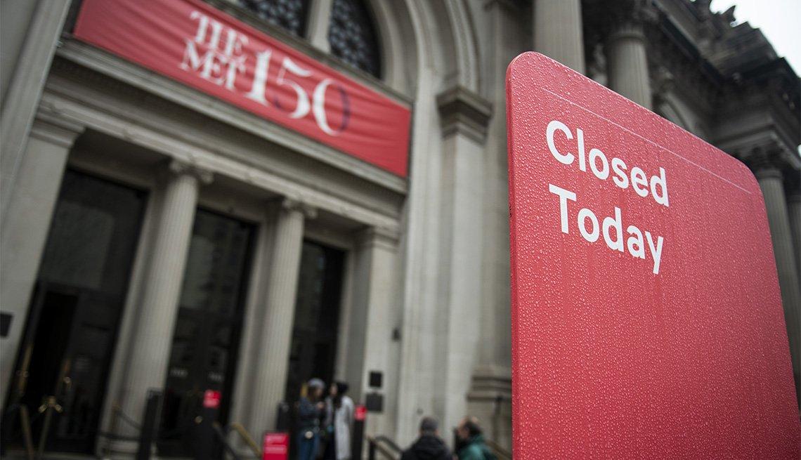 Letrero que dice 'cerrado hoy' en inglés frente al Museo Metropolitano de Nueva York