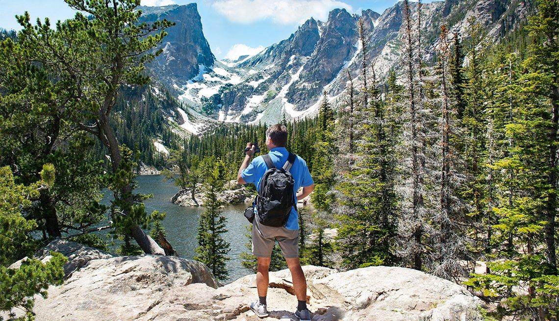 Un hombre observa desde la montaña el Dream Lake
