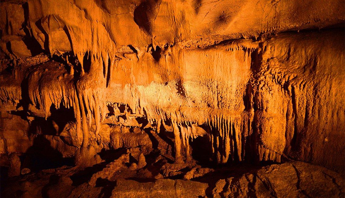 Imagen interior de la caverna Frozen Niagara
