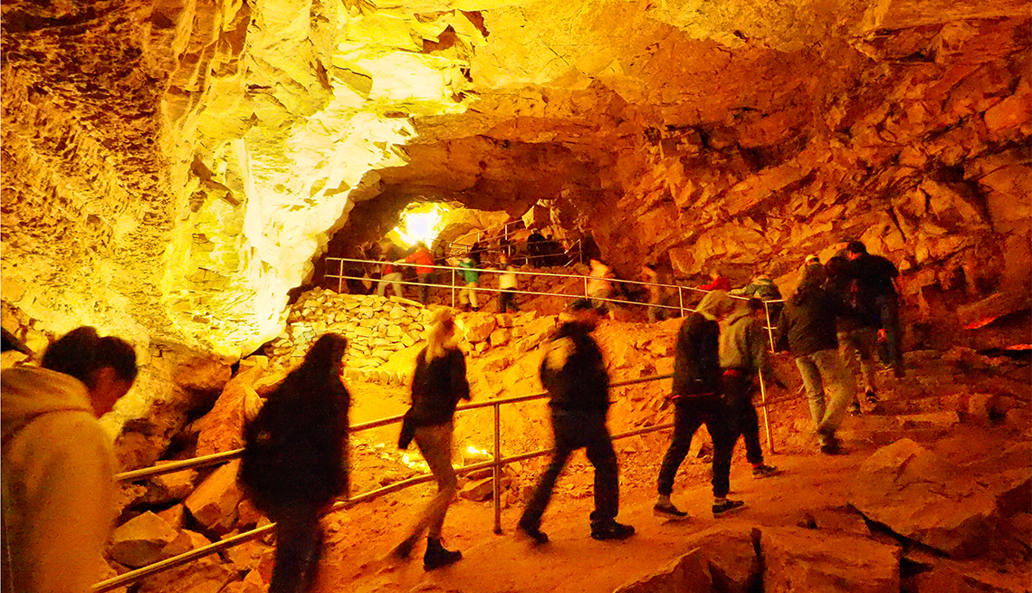 item 2 of Gallery image - Visitantes observan cúpulas en las cavernas del Parque Nacional Mammoth Cave