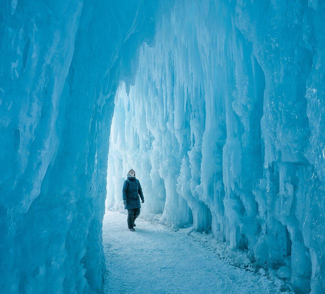 item 1 of Gallery image - Mujer camina entre un tunel de hielo