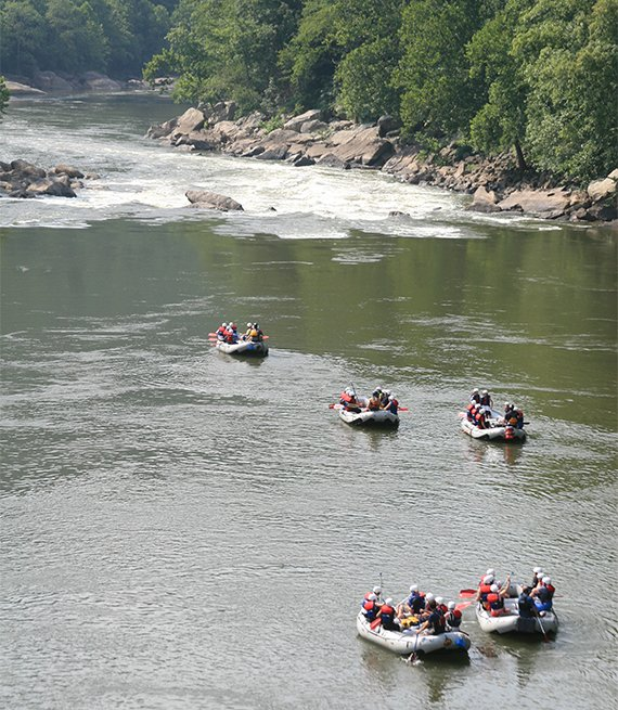 Grupo de botes listos para hacer rafting