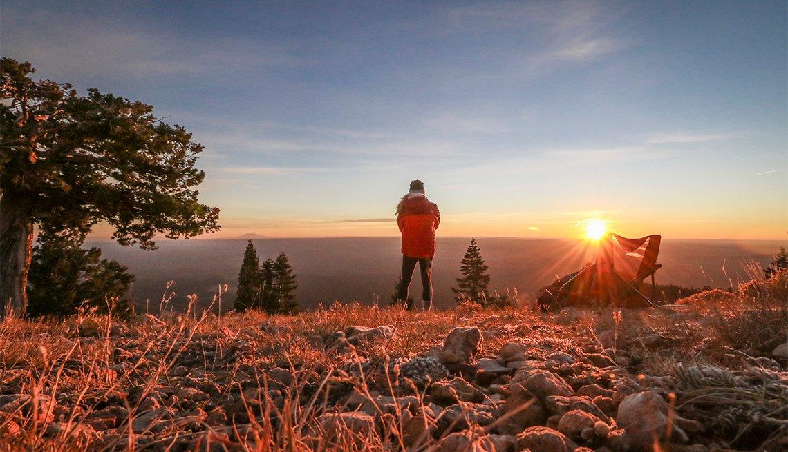 Un excursionista en el Gran Cañón al amanecer