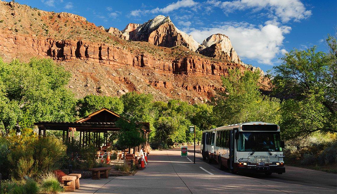 Autobús en una parada en el Parque Nacional Zion
