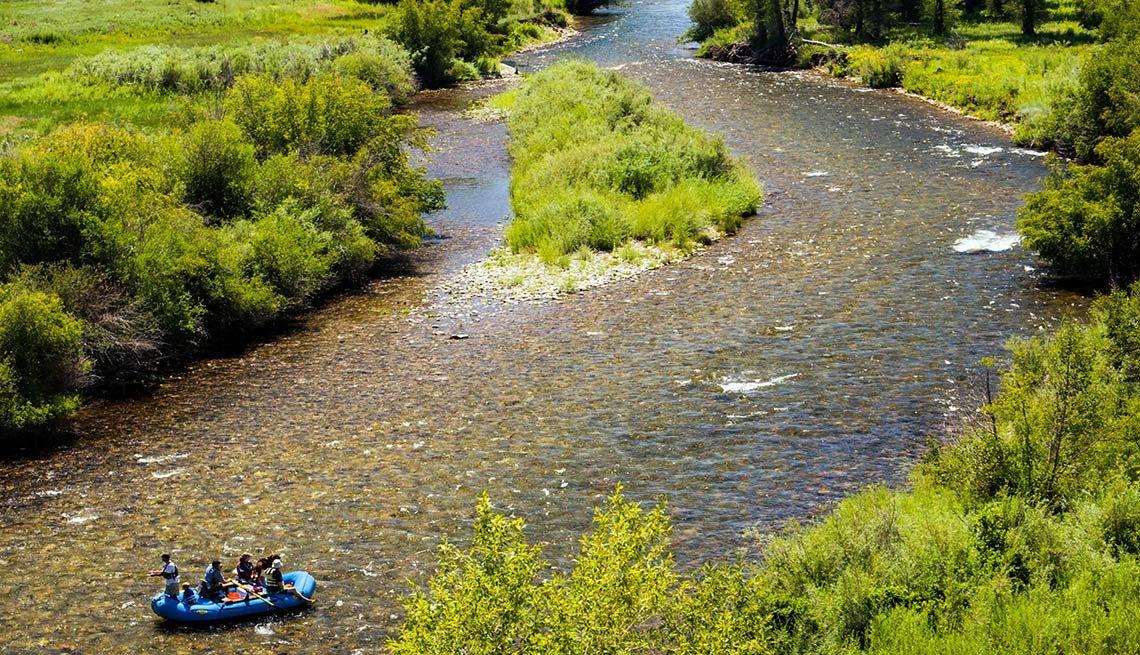 Personas en un bote en el Río Arkansas, Colorado