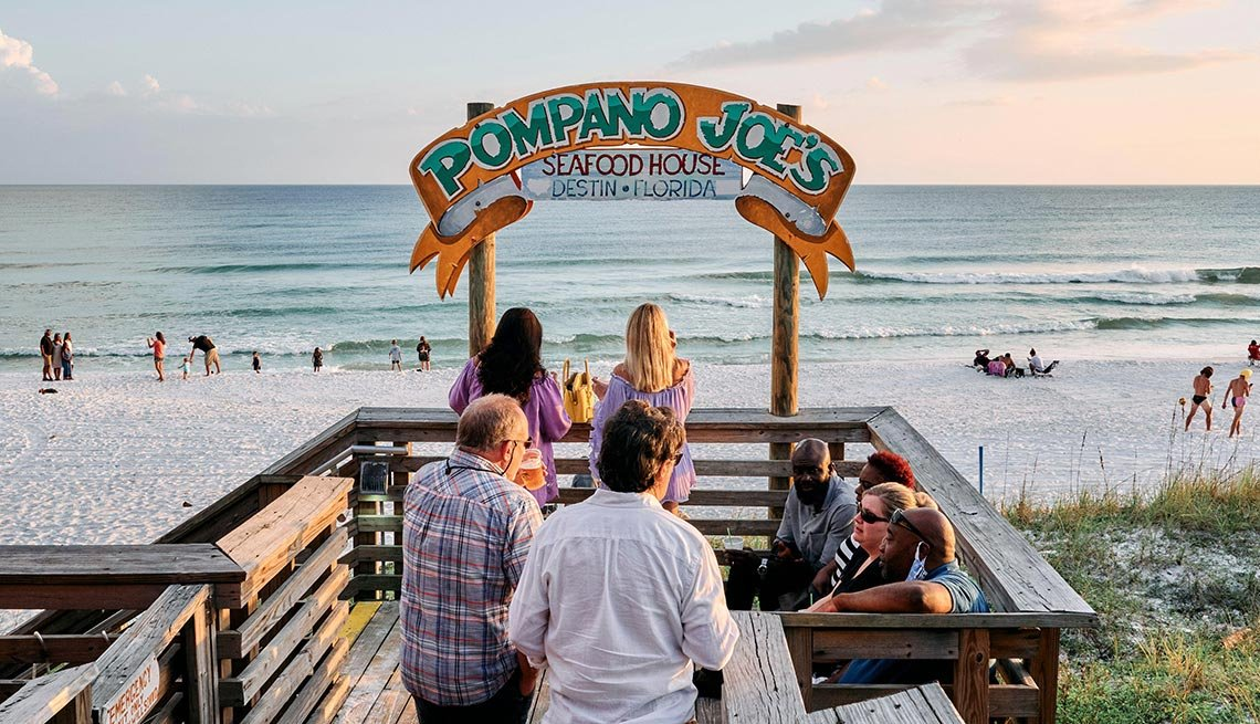 Grupo de personas en Pompano Joe's beach bar, un sitio en la playa