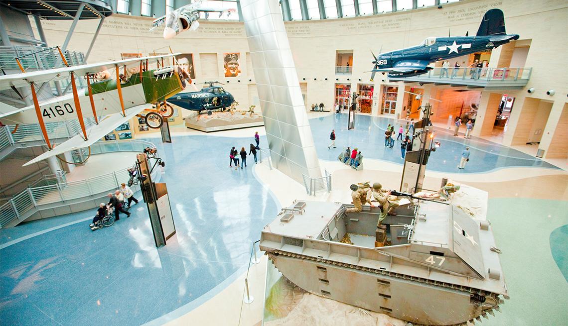 Galería en un museo exhibe un avión militar