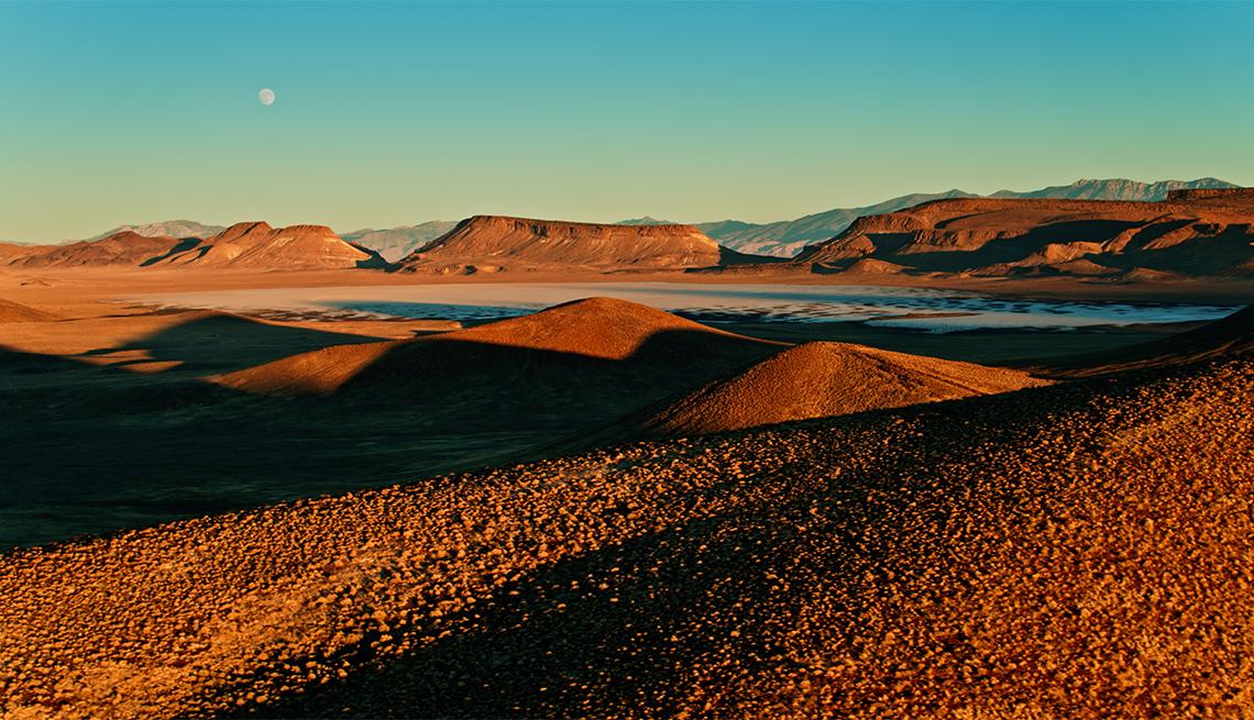 Toma aérea de un campo volcánico en el condado de Nye, Nevada, al atardecer.