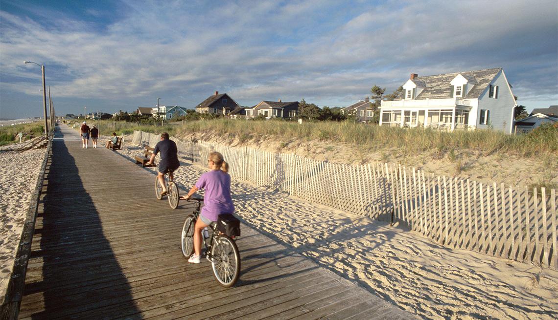 Dos ciclistas por el paseo marítimo en Rehoboth Beach, Delaware